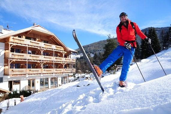 2_01_Außenansicht_Hotel an der Piste_Winter