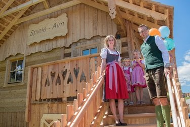 Bild01_Familie Höflehner bei der Eröffnung des Funparks
