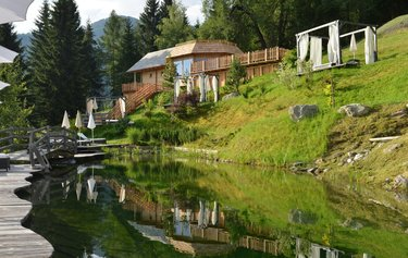 Blick auf Yogahaus vor Naturteich