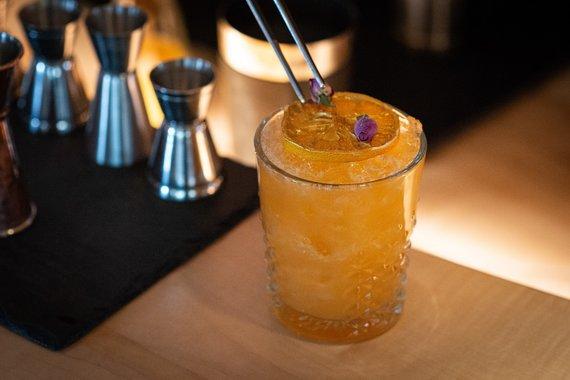 Cocktail mit Rosenblüten