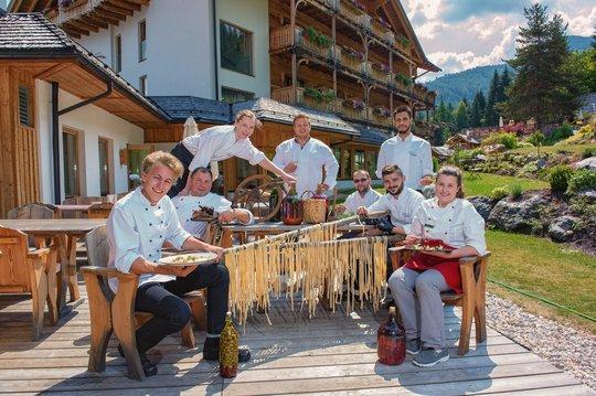 Küchenteam unter der Leitung von Sebastian Hechenberger, Bildmitte