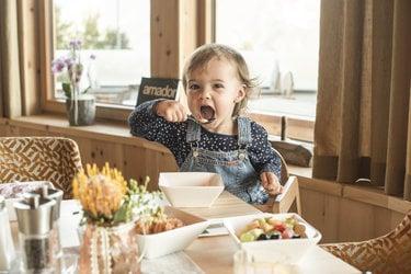 Kind beim Frühstück
