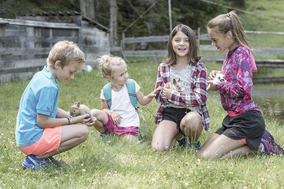 Kinder mit Hasen