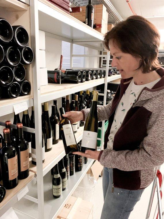 Regina im Weinlager