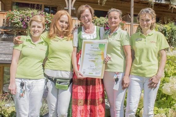 Seniorchefin Gerti mit einigen ihrer treuen Helferleins