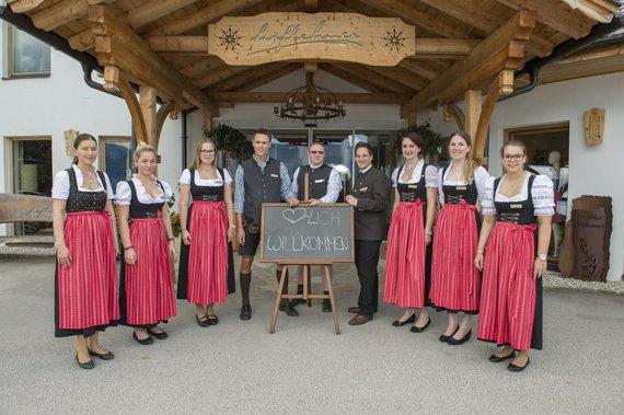 Team Rezeption unter der Leitung von Birgit Schrempf, 3. von rechts
