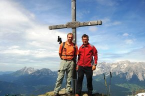 Senior Chef Reinhard mit Wanderführer Wolfgang am Gipfel des Schobers
