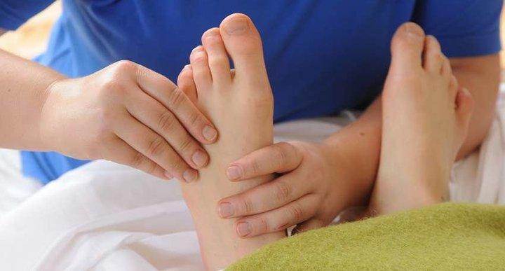 Fußreflexzonenmassage in Kombination mit einem Leberwickel
